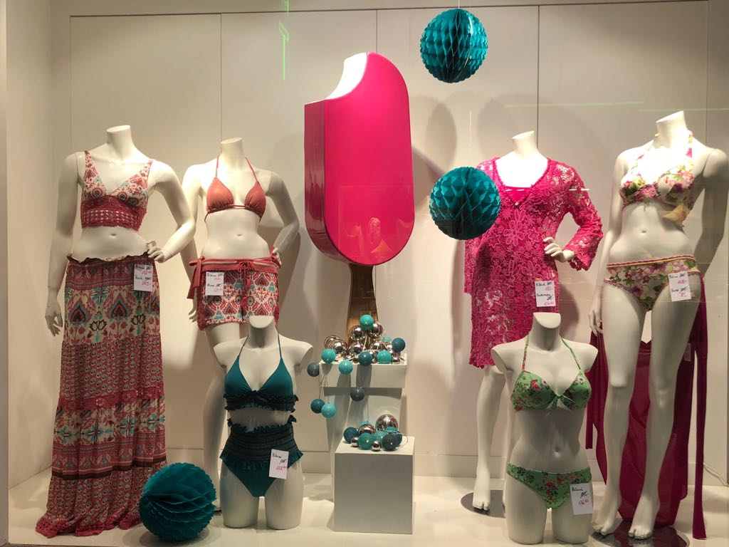 bikini schaufenster links